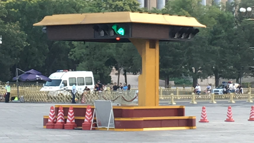 威武庄严的广场交警交通指挥岗亭的10年回顾